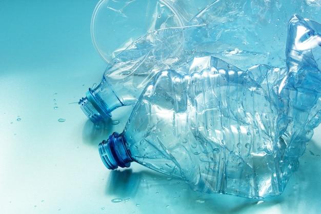 Gebrauchte plastikflaschen und tassen
