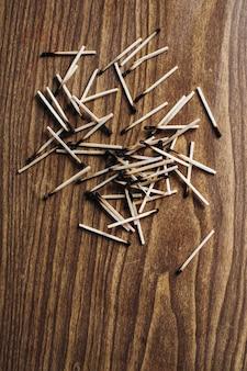 Gebrauchte streichhölzer. viele unbenutzte streichhölzer auf der holzoberfläche. holzhintergrund.