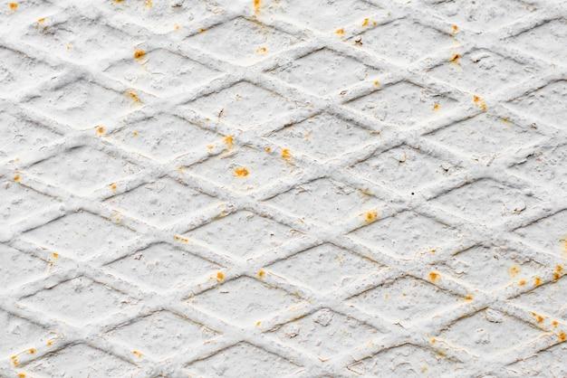 Gebrochen und schale der weißen farbfarbe auf stahl mit verrosteter beschaffenheit und hintergrund