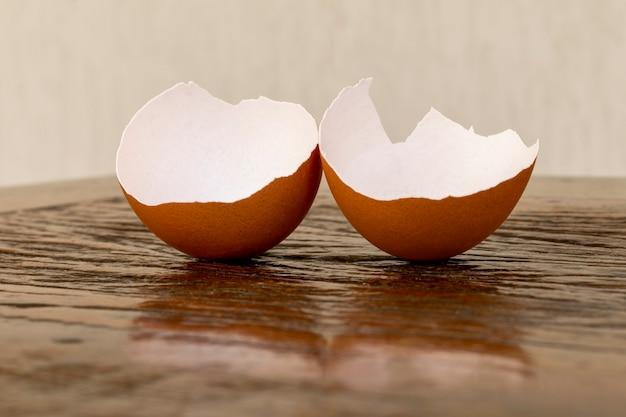 Gebrochene eierschale auf dem rustikalen tisch.