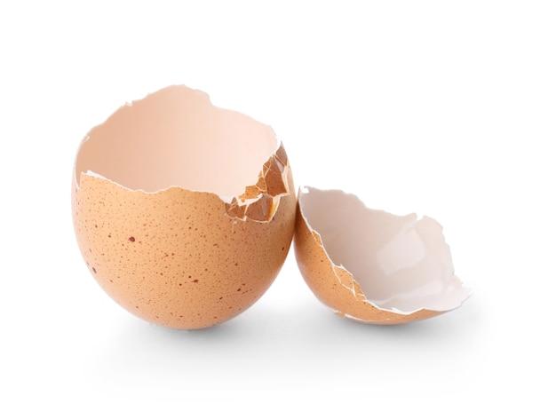 Gebrochene eierschale auf weißem hintergrund