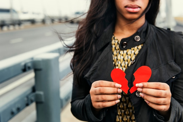 Gebrochene herzige afroamerikanerfrau
