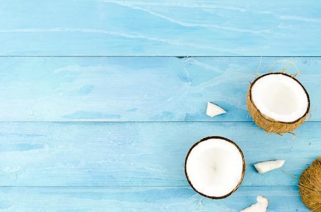 Gebrochene kokosnüsse auf holztisch