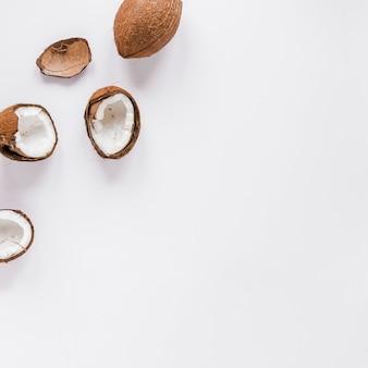 Gebrochene kokosnüsse auf tabelle