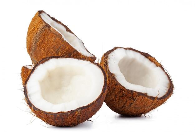 Gebrochene kokosnuss auf einem weißen hintergrund schließen oben