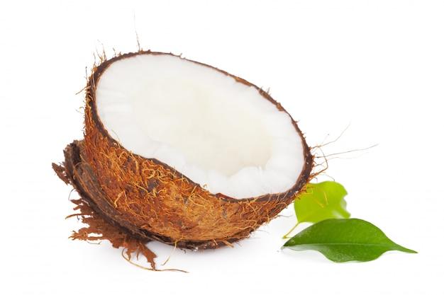 Gebrochene kokosnuss mit blättern lokalisiert auf weißem hintergrund