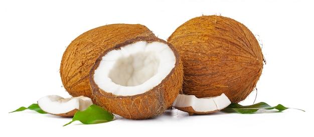 Gebrochene kokosnuss mit den blättern lokalisiert auf weißem hintergrund