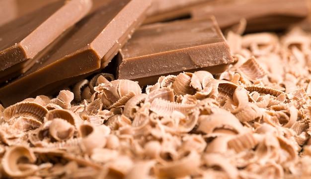 Gebrochene krümel von milchschokolade