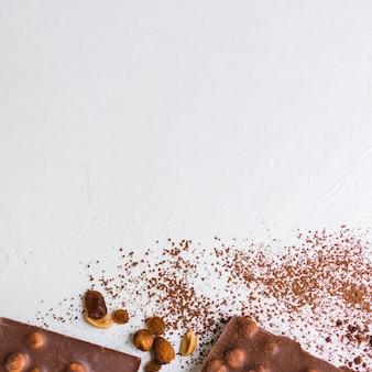 Gebrochene nuss und schokolade mit kakao anheben