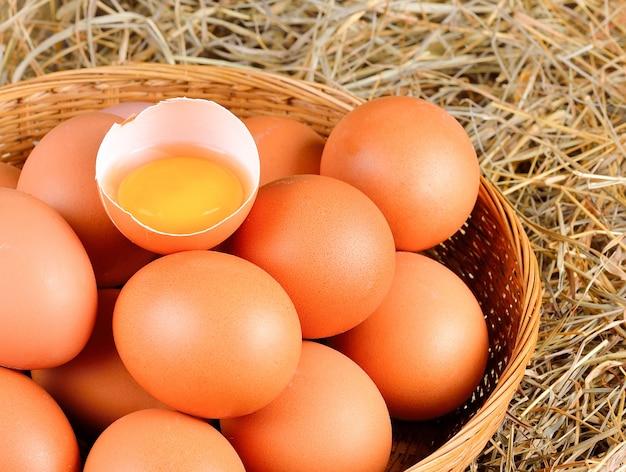 Gebrochene rohe eier auf in der holzschale