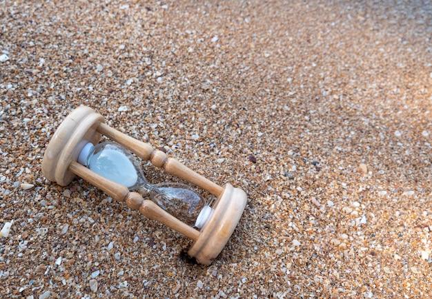 Gebrochene sanduhr am strand