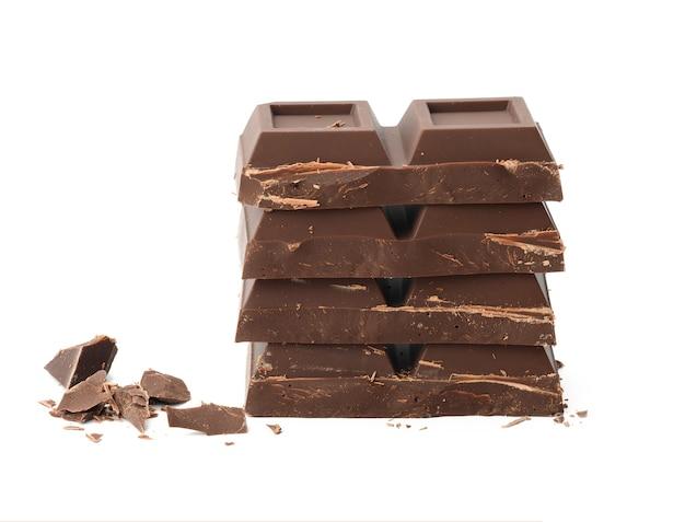 Gebrochene schwarze schokolade mit den stücken lokalisiert auf weißem hintergrund. desserttafel schokolade, nahaufnahme