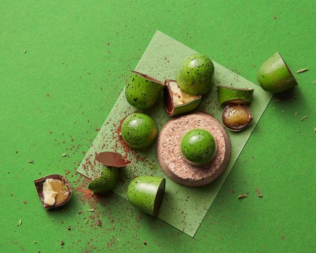 Gebrochene süßigkeiten mit gelee auf einem grünen tisch