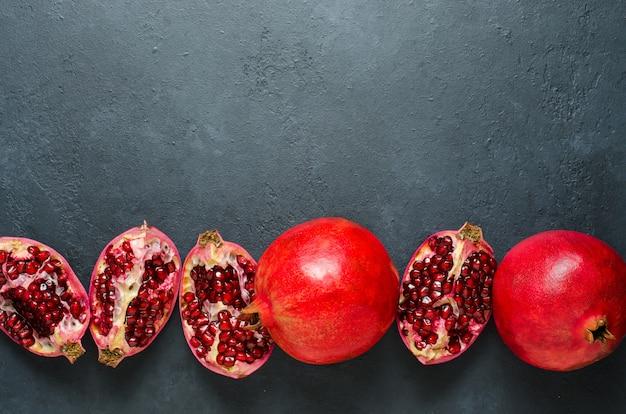 Gebrochene und ganze granatapfelfrucht