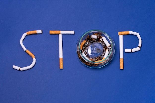 Gebrochene zigaretten auf blauem hintergrund