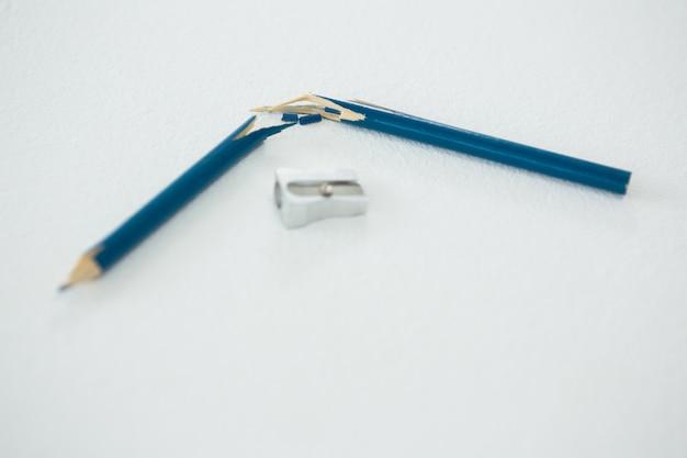 Gebrochener blauer stift mit anspitzer