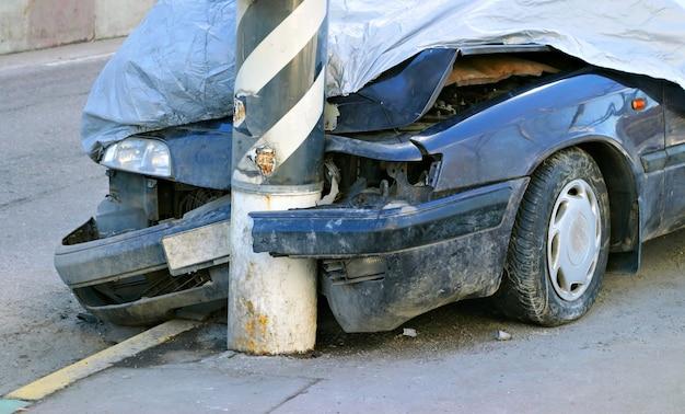 Gebrochenes abgestürztes auto