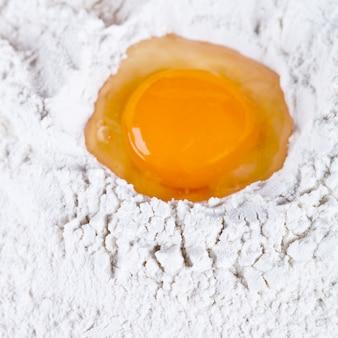 Gebrochenes ei auf mehl