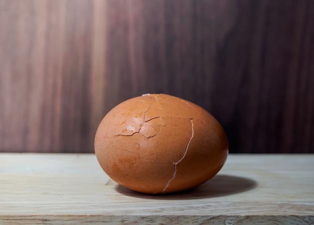 Gebrochenes gekochtes ei auf dem naturholztisch