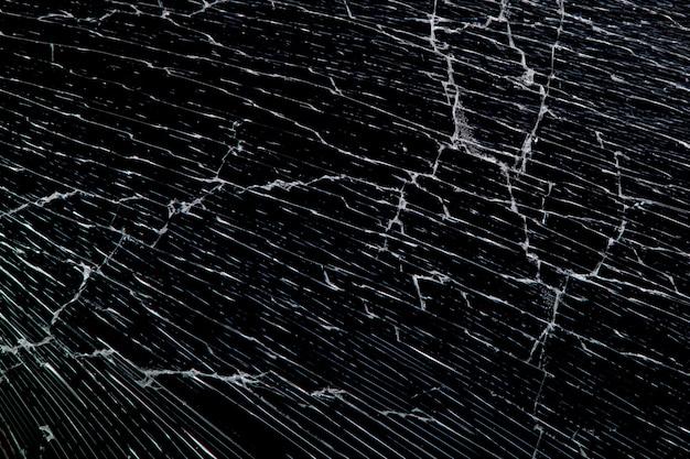 Gebrochenes glas auf schwarzem hintergrund isoliert. gebrochen