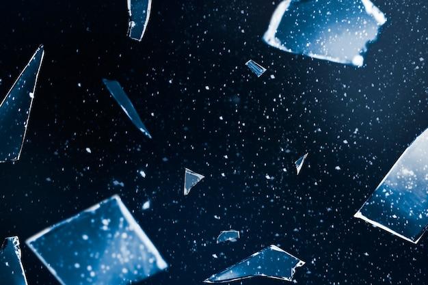 Gebrochenes glas im weltraumhintergrund mit designraum