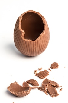 Gebrochenes schokoladen-osterei