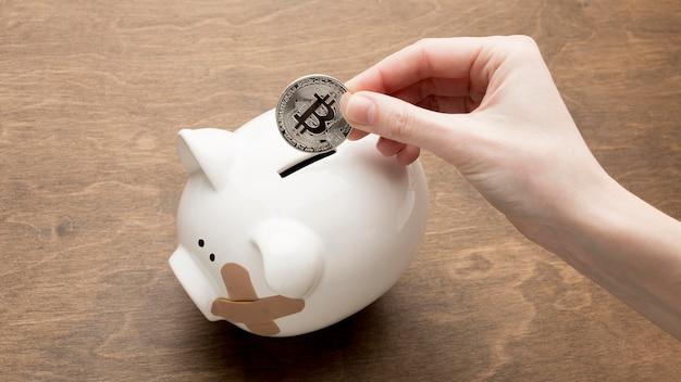 Gebrochenes sparschwein und münzen