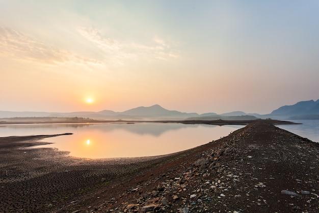 Gebrochenes trockenes land ohne wasser. abstrakter hintergrund