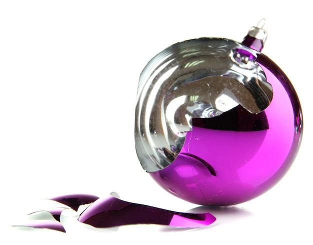 Gebrochenes weihnachtsspielzeug isoliert auf weiß