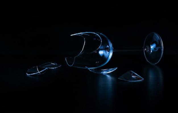 Gebrochenes weinglas blau schwarzer hintergrund nahaufnahme kopieren raum