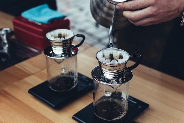 Gebrühten kaffee zubereiten