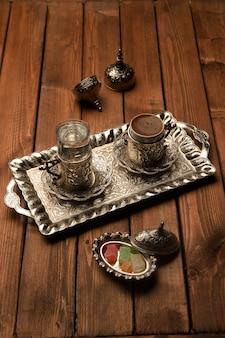 Gebrühter kaffee mit wasser serviert