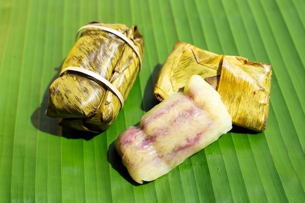 Gebündelter gekochter reis auf bananenblatt
