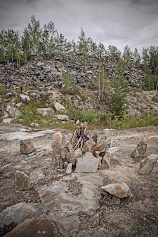 Gebundenes lagerfeuer von steinen an der mystischen stelle