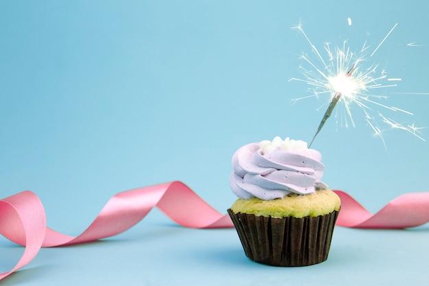 Geburtstag cupcake mit funkelt