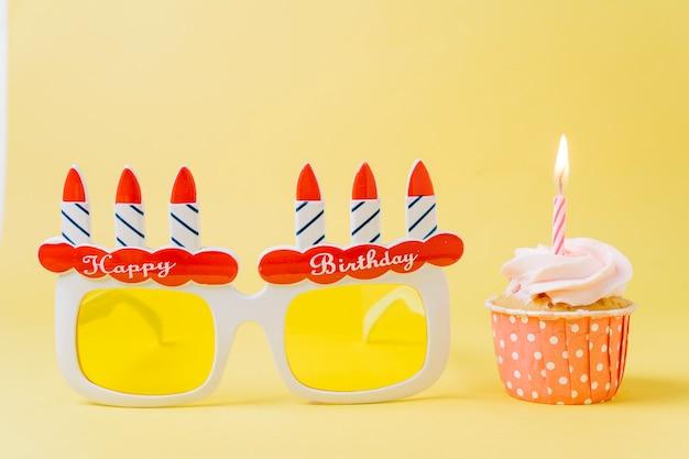 Geburtstag cupcake neben brille