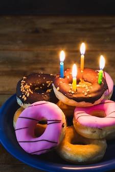 Geburtstag donut auf holztisch