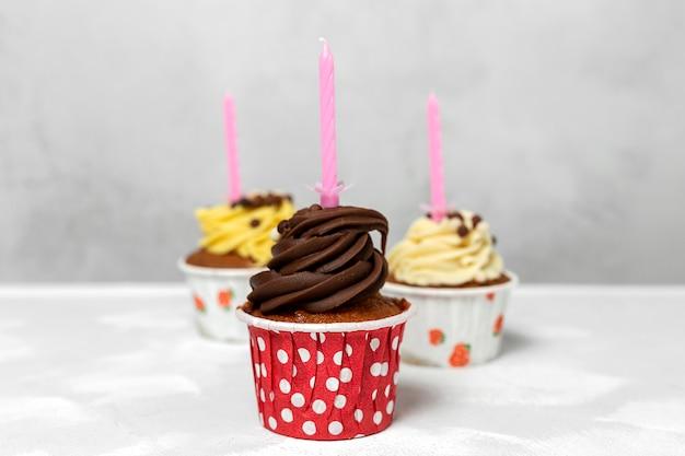 Geburtstag hausgemachter cupcake mit kerze
