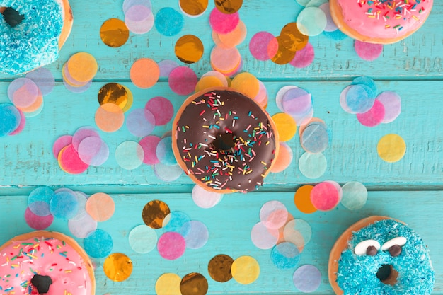 Geburtstags-donut mit konfetti