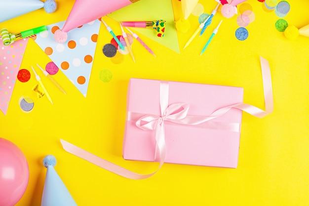 Geburtstagsdekor auf gelbem hintergrund draufsicht flacher laienstil mock-up-vorlage mit kopierraum
