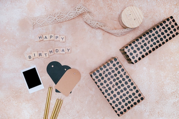 Geburtstagsdekoration auf rosa marmorhintergrund