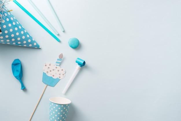 Geburtstagsdekorationen für jungen. blaue tischdekoration von oben mit muffins, getränken und party-gadgets.
