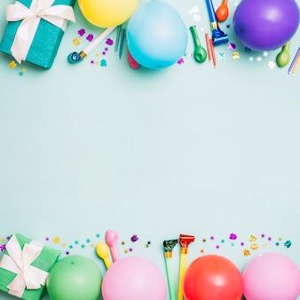 Geburtstagsdekorationskarte auf blauem hintergrund