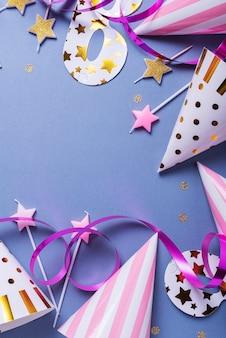 Geburtstagsfeier-einladungskarte mit partyhüten, masken und kerzen, ansicht von oben nach unten mit kopienraum für text