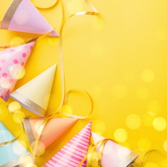 Geburtstagsfeier-hintergrund auf gelb