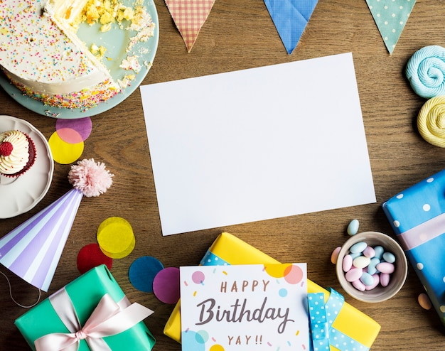 Geburtstagsfeier mit kuchen präsentiert karte textfreiraum