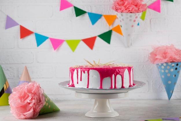 Geburtstagsfeierartikel und kuchen