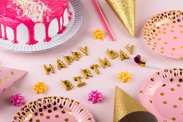 Geburtstagsfeierartikel und kuchenarrangement