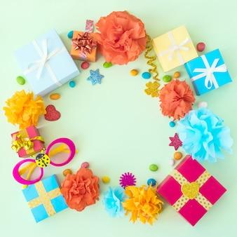 Geburtstagsfeierhintergrund mit festlichem dekor