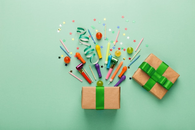 Geburtstagsfeierhintergrund mit geschenk und konfetti